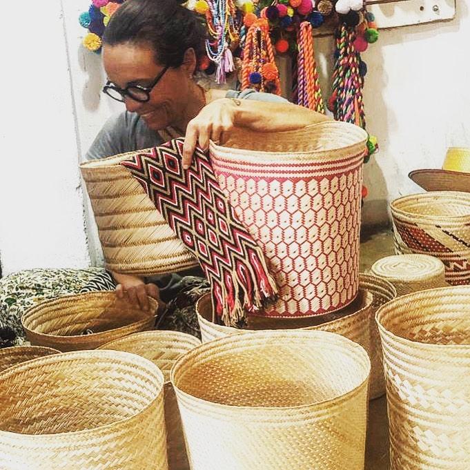 🏀BASKET TIME🏀 Having fun to create the new beach basket for next summer. La cesteria Wayuu non è creativa e varia come quella marocchina ma la tecnica è molto precisa ed è la stessa utilizzata per i famosi cappelli colombiani #dressmorewithless che molte di voi hanno giâ nell'armadio. Oggi mi sono divertita a creare le ceste mare per la prossima estate con magnifici manici tessuti a mano mentre aspettavo di visionare i campioni dei cappelli che ho fatto fare mei mesi scorsi, realizzati dai mariti delle artigiane che producono le mochilas. Alla fine sono usciti 10 beach basket insoliti e divertenti!  #staytuned  #handmade  #beachbasket #workinprogress  #colombia