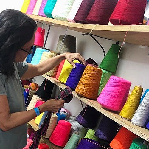 🧵BE COLORFUL 🧵 There's a reason we don't see the world in black and white! #workingonthenewcollection  #colorfulthreads  #newpalette #mochila #handmadeincolombia  #wayuustyle