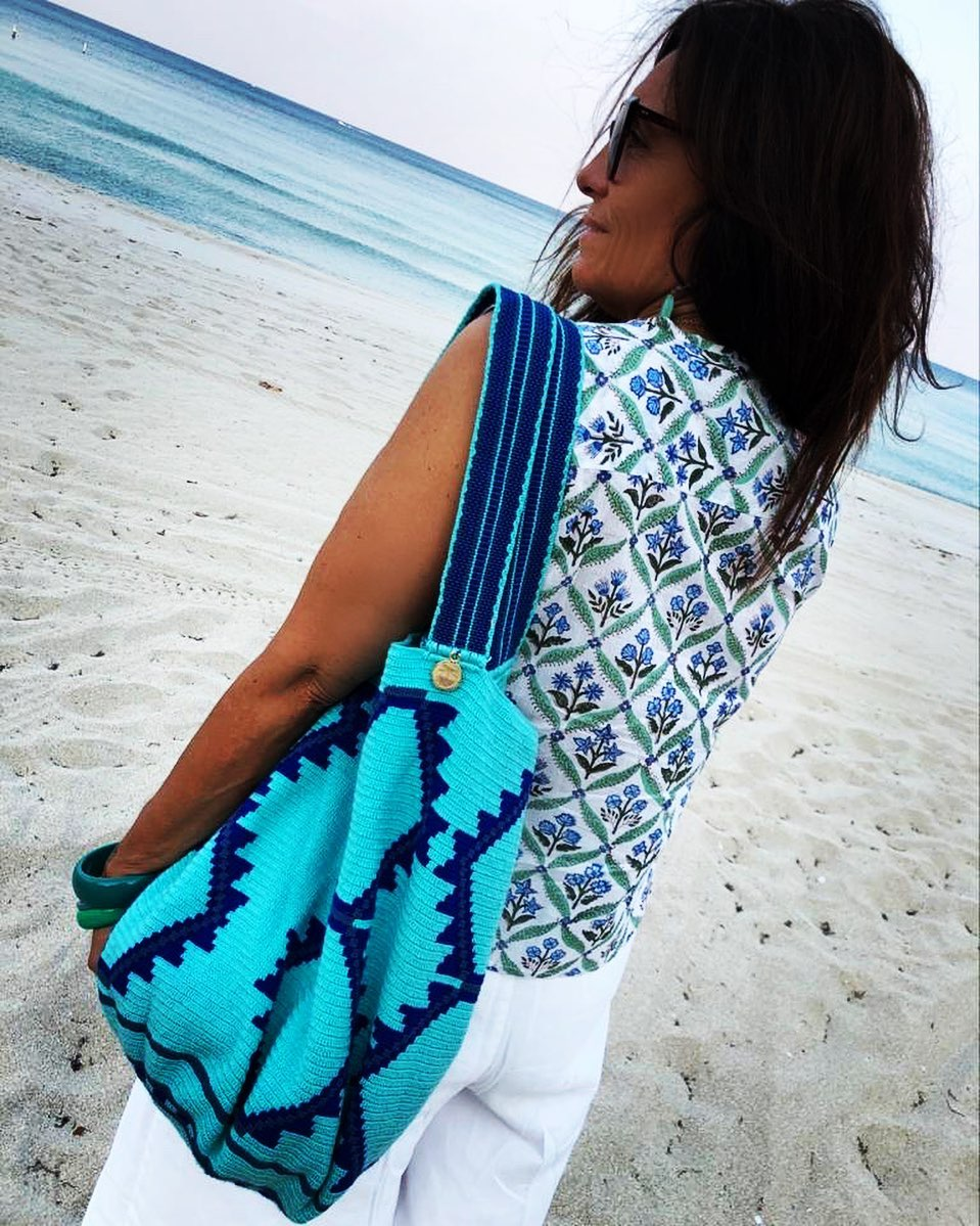 🐟 QUARANTINE BEACH🐟 Enjoy cotton blockprinted sliveless top and Zou zou beach mochila bag. The perfect mix for your summer dream. Infos in the online shop. Link in Bio Piccoli pezzi da spiaggia: la camicina in cotone stampato a mano in India, la beach bag Zou Zou mochila fatta a mano in Colombia. #ootd #fashion #accessorie #mochila #wayuubags  #blockprinted #slevelessshirt